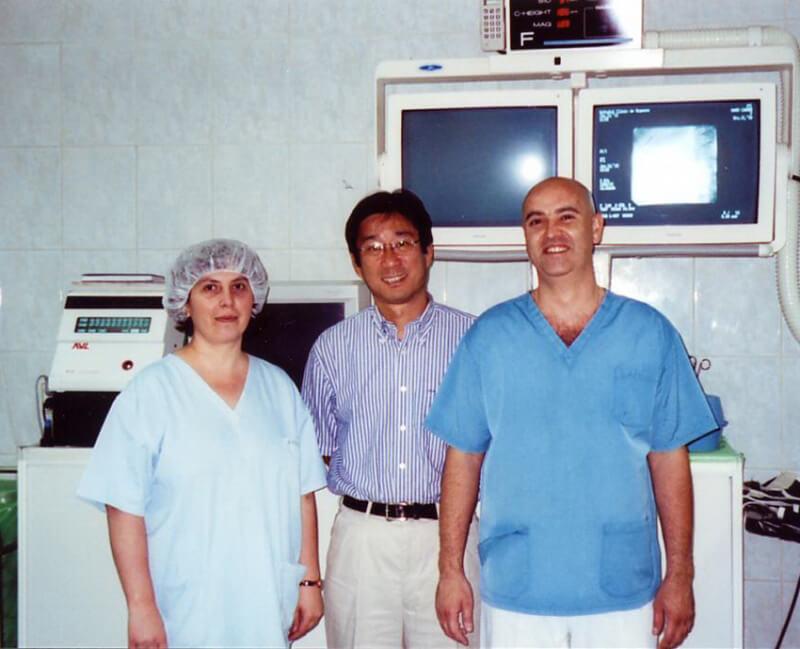 Cu Prof. Yoshifumi Narumi (Universitatea Osaka), in Departamentul de Angiografie al Spitalului Clinic de Urgenta (2002)
